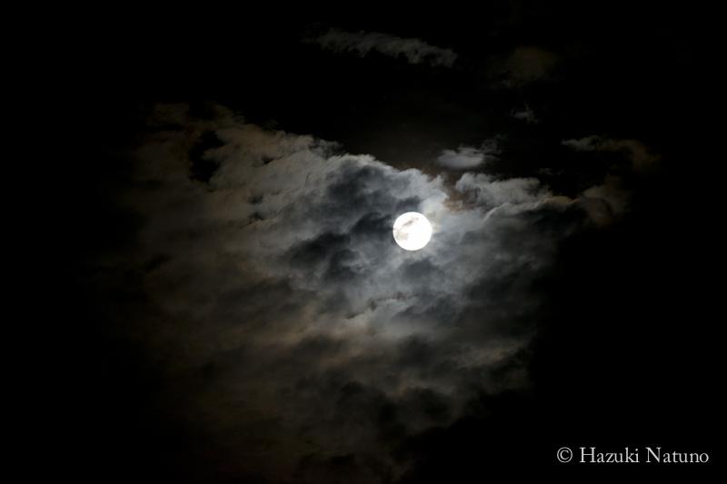 小望月を見上げて